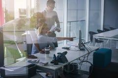Executivos que usam a tecnologia e tendo a conversação Busine imagens de stock royalty free