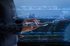 Executivos que verificam o mercado de valores de ação na tabuleta imagens de stock royalty free