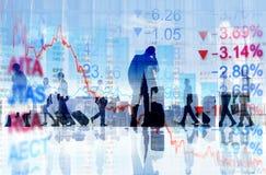 Executivos que viajam e conceitos da finança foto de stock