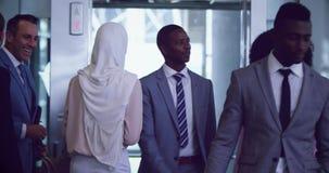 Executivos sair do elevador em um escritório moderno 4k video estoque