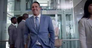 Executivos sair do elevador em um escritório moderno 4k filme