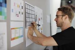 Executivos Startup que olham no Th da informação da placa da estratégia imagem de stock