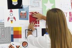 Executivos Startup que olham no Th da informação da placa da estratégia imagens de stock