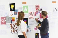 Executivos Startup que olham no Th da informação da placa da estratégia imagens de stock royalty free