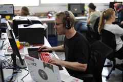 Executivos Startup que trabalham no escritório fotografia de stock