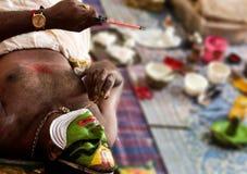 Executor da dança de Katakhali que faz a pintura da cara e a composição na frente do espelho à mão fotografia de stock