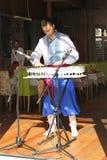 Executor da música da harpa de vidro no traje ucraniano nacional Imagem de Stock Royalty Free