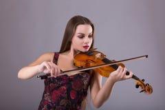 Executor da mulher com o violino no estúdio fotografia de stock