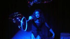 Executor fêmea na mostra do mágico das bolhas de sabão filme