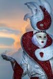 Executor glamoroso com o traje surpreendente durante o carnaval de Veneza no por do sol Foto de Stock Royalty Free