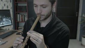 Executor masculino do músico do flautista que joga a flauta vídeos de arquivo