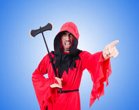 Executor no traje vermelho com o machado no branco Fotografia de Stock Royalty Free