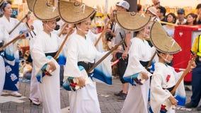 Executores japoneses que dançam a dança tradicional no festival famoso de Koenji Awa Odori, Tóquio de Awaodori, Japão fotos de stock