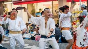 Executores japoneses que dançam a dança tradicional no festival famoso de Koenji Awa Odori, Tóquio de Awaodori, Japão fotografia de stock