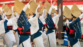 Executores japoneses que dançam a dança tradicional no festival famoso de Koenji Awa Odori, Tóquio de Awaodori, Japão imagem de stock