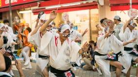 Executores japoneses que dançam a dança tradicional no festival famoso de Koenji Awa Odori, Tóquio de Awaodori, Japão fotografia de stock royalty free