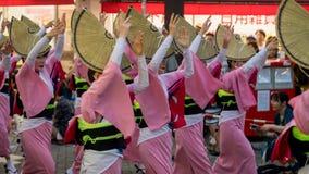 Executores japoneses que dançam a dança tradicional no festival famoso de Koenji Awa Odori, Tóquio de Awaodori, Japão foto de stock