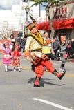 Executores tailandeses no traje tradicional em Dragon Parade dourado, comemorando o ano novo chinês fotos de stock royalty free