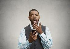 Exekutive, die das intelligente Telefon, gebohrt durch das Gespräch, simsend hält lizenzfreies stockbild