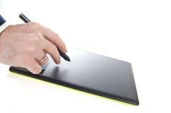 Exekutive, die ein grafisches Tablet verwendet stockfotografie