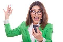 Exekutivfrau, die das Telefon betrachtet stockfotos