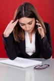 Exekutivfrau mit Umkippenausdruck lizenzfreies stockbild