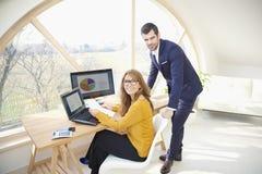 Exekutivgeschäftsfrau und junges behilfliches finanziellbusinessma Stockfoto