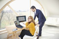 Exekutivgeschäftsfrau und junges behilfliches finanziellbusinessma Lizenzfreie Stockfotografie