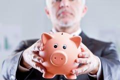 Exekutivgeschäftsmann, der um mehr Einsparungen bittet Lizenzfreie Stockfotos