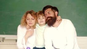 Exempel för familjskolapartnerskap Moderfader och son som skolar tillsammans Familjskola Barnuppfostranutbildning arkivfilmer