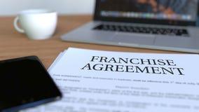 Exemplaar van concessieovereenkomst over het bureau het 3d teruggeven Stock Foto