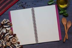 Exemplaarboek met paddestoelen, specerij, basilicum en olijfolie stock fotografie