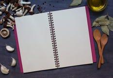 Exemplaarboek met paddestoelen, specerij, basilicum en olijfolie royalty-vrije stock foto
