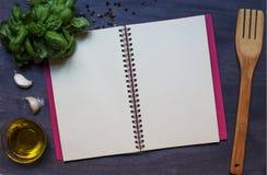 Exemplaarboek met specerij, basilicum en olijfolie stock foto's