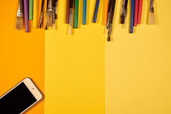Exemplaarruimte met borstels en multicoloured pennen op geel Royalty-vrije Stock Fotografie
