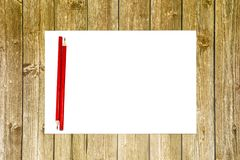 Exemplaarruimte op een houten achtergrond, een wit blad van document met een rood potlood Plaats voor Reclame stock afbeelding