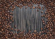Exemplaarruimte van koffiebonen op donkere achtergrond Stock Afbeeldingen