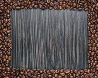 Exemplaarruimte van koffiebonen op donkere achtergrond Royalty-vrije Stock Foto's