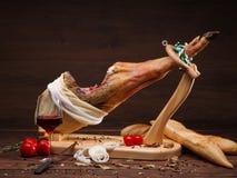 Exemple de la portion avec le jamon, les tomates et le pain traditionnel Les Espagnols entiers sur le support en bois avec le cou Photos libres de droits