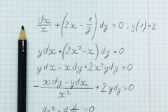 Exemples mathématiques dans le carnet, calculs images stock