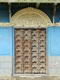 Exemplo típico de um estilo arquitectónico em Stonetown em Zanzibar imagens de stock royalty free