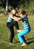 Exerçant des filles - enfants s'élevants Image stock
