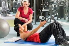 Exercício abdominal da mostra pessoal do instrutor na esteira Foto de Stock Royalty Free