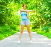 Exercício ao ar livre da mulher nova imagens de stock royalty free