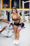 Exercício apto da jovem mulher no gym com kettlebell imagens de stock