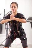 Exercício apto da mulher na eletro mulher muscular fotos de stock