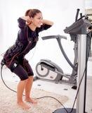 Exercício apto da mulher na eletro mulher muscular fotografia de stock royalty free