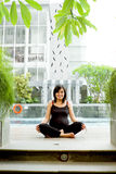 Exercício asiático da mulher gravida foto de stock