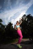 Exercício atlético apto da mulher do louro novo Foto de Stock Royalty Free