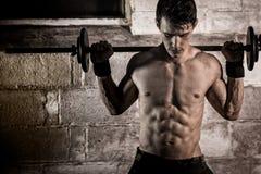 Exercício atlético do homem imagens de stock royalty free